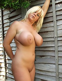 Big titty blonde chubby solo