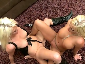 Two Blonde Bombshells All Over Each Other´s Twats In Garden