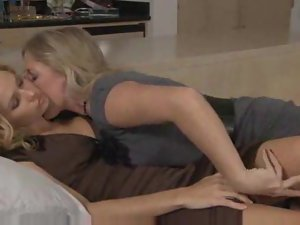 Webcam girl slowly rubbing her clit